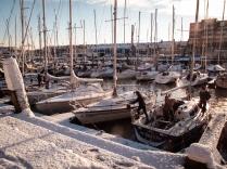 Onder toeziend oog van de schipper wordt de boot ijsvrij gemaakt