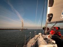 In het kielzog van S/Y Hawkeye verlaten we de haven van Scheveningen
